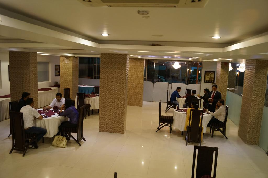 Le Crescent Hotel Ghaziabad Restaurant